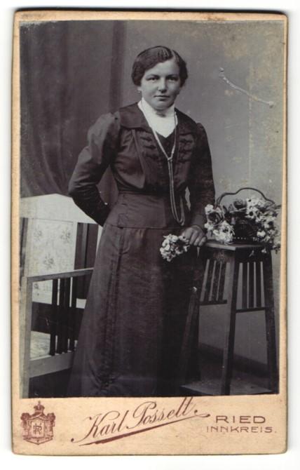 Fotografie Karl Posselt, Ried / Innkreis, charmant blickende Dame mit Halskette und Blume in der Hand