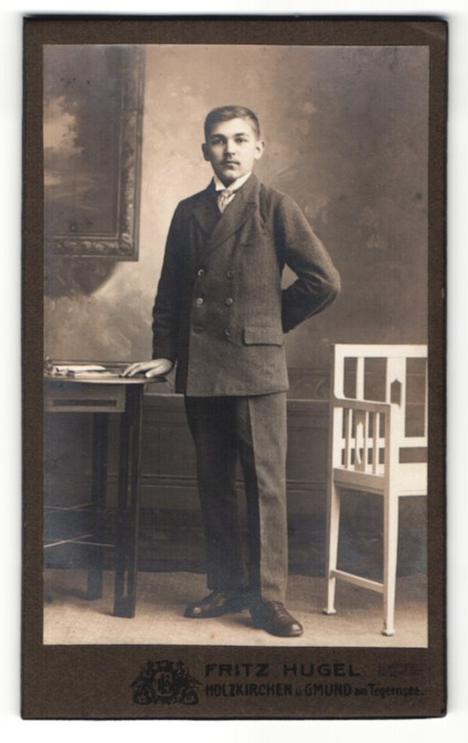 Fotografie Fritz Hugel, Holzkirchen, hübscher Knabe im eleganten Anzug