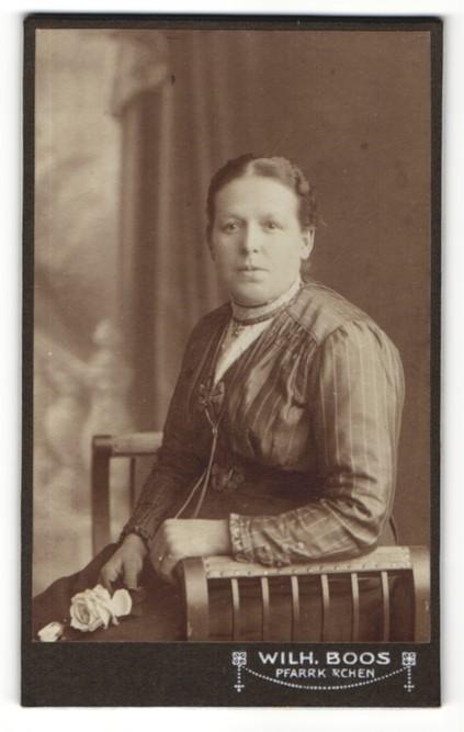 Fotografie Wilh. Boos, Pfarrkirchen, Portrait schöne junge Frau mit Rose und Halskette