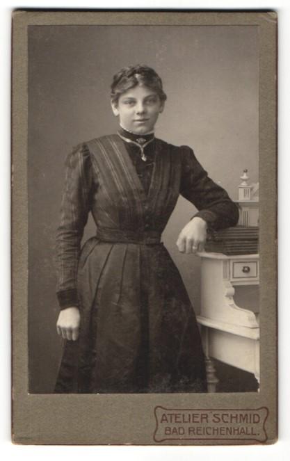 Fotografie Atelier Schmid, Bad Reichenhall, Portrait charmant lächelndes Fräulein mit zurückgebundenem Haar