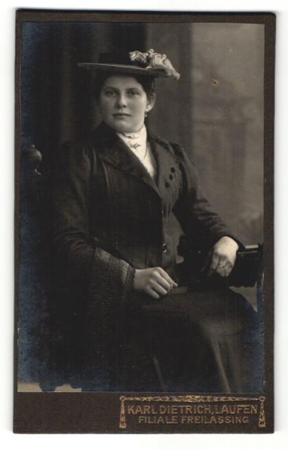 Fotografie Karl Dietrich, Laufen, charmant blickende junge Frau mit Hut und Halskette