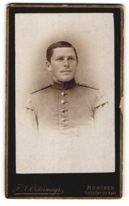 Fotografie F. X. Ostermayr, München, Portrait junger charmanter Soldat in interessanter Uniform