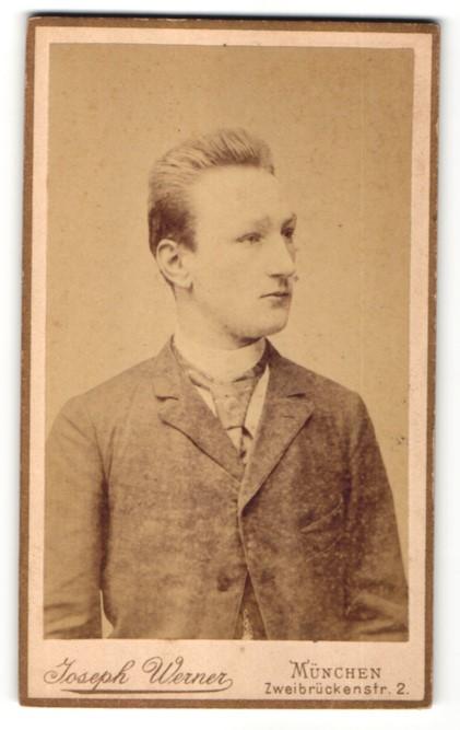 Fotografie Joseph Werner, München, Portrait blonder junger Mann mit Krawatte im Jackett