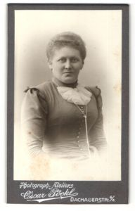 Fotografie Oscar Pöckl, München, Portrait wunderschöne Dame mit Rüschenkragen und Halskette