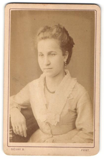Fotografie Gevay Bela, Pesten, Portrait hübsches Fräulein mit Perlenhalskette und eleganten Ohrringen