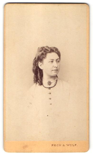 Fotografie Pech & Wolf, Budweis, Portrait Mädchen mit Kragenbrosche und Halskette in zeitgenössischer Kleidung