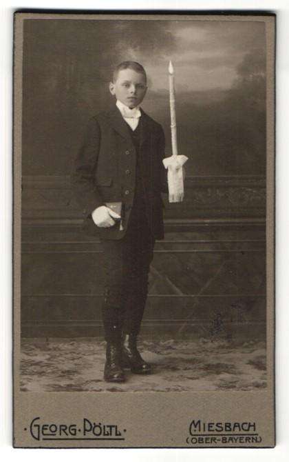 Fotografie Georg Pöltl, Miesbach / Ober-Bayern, Portrait Junge mit Kerze und Bibel im Anzug