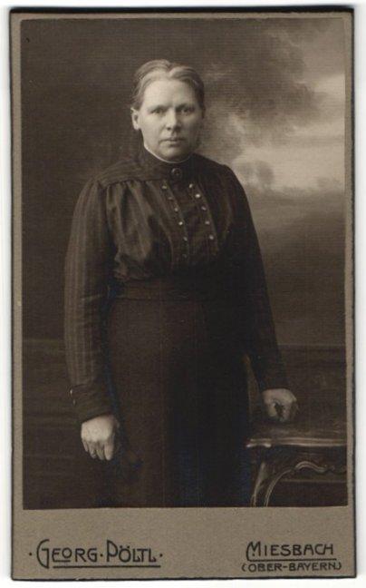 Fotografie Georg Pöltl, Miesbach / Ober-Bayern, Portrait Frau mit Kragenbrosche in zeitgenössischer Kleidung