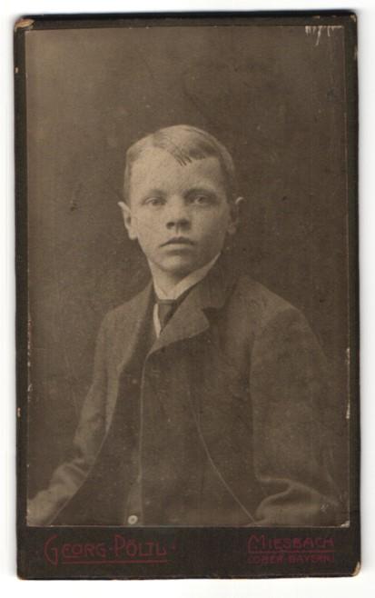 Fotografie Georg Pöltl, Miesbach / Ober-Bayern, Portrait Junge mit Krawatte und Seitenscheitel im Anzug