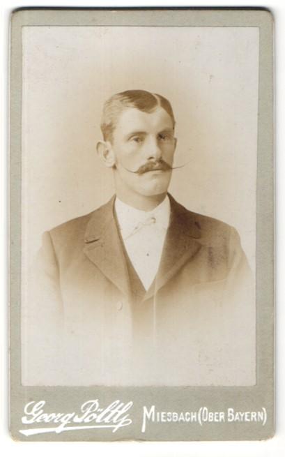 Fotografie Georg Pöltl, Miesbach / Ober-Bayern, Portrait Mann mit Zwirbelbart und Seitenscheitel im Anzug