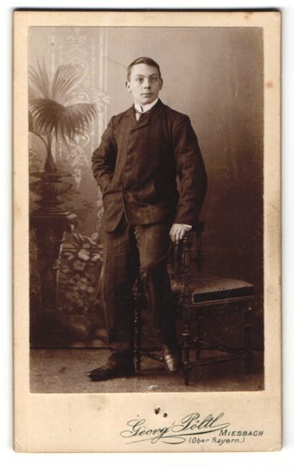 Fotografie Georg Pöltl, Miesbach / Ober-Bayern, Portrait junger Mann mit Krawatte im Anzug