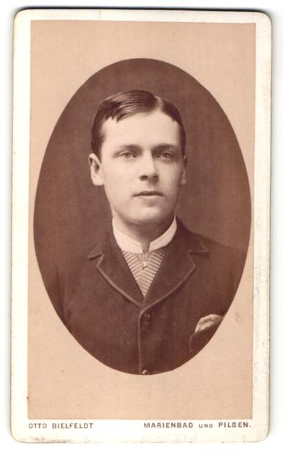 Fotografie Otto Bielfeldt, Marienbad und Pilsen, Portrait junger Mann mit Seitenscheitel im Anzug
