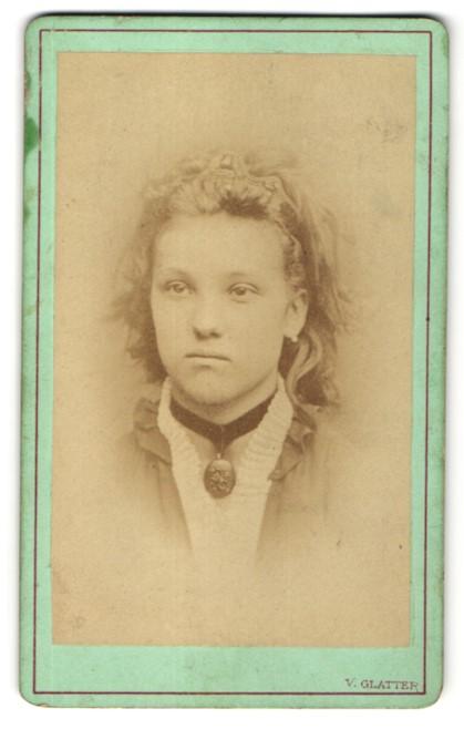 Fotografie V. Glatter, Leitomischl., Portrait Mädchen mit Halskette in einer Rüschenbluse