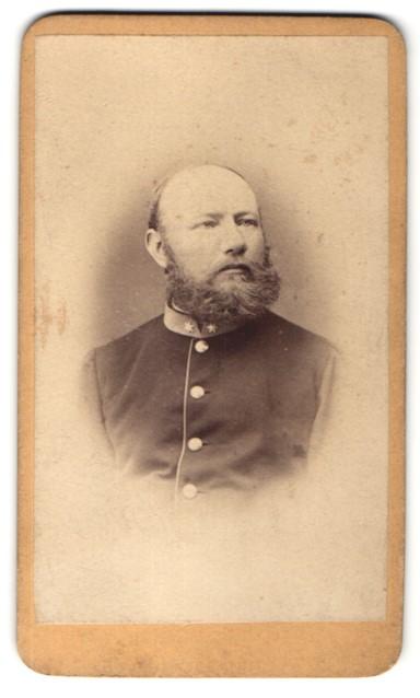 Fotografie F. A. Zeiberdlich, Theresienstadt, Portrait Mann mit Vollbart in Uniform