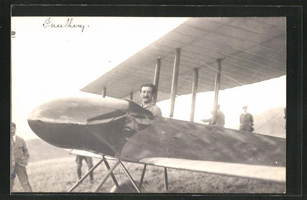 Foto-AK Pilot im Flugzeug auf einer Wiese