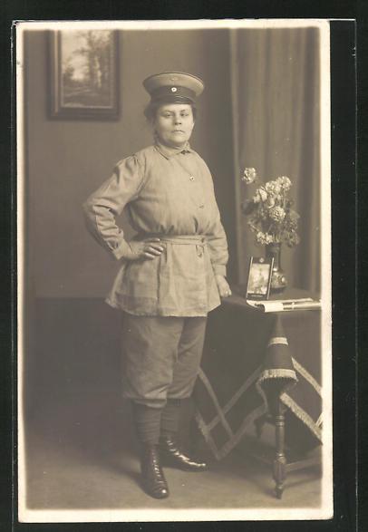 AK Frau im Kriegseinsatz als Eisenbahn-Schaffnerin, Uniformfoto