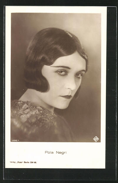AK Schauspielerin Pola Negri ernst in die Kamera schauend