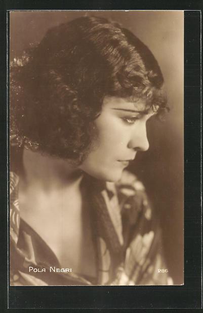 AK Schauspielerin Pola Negri nachdenklich zur Seite schauend