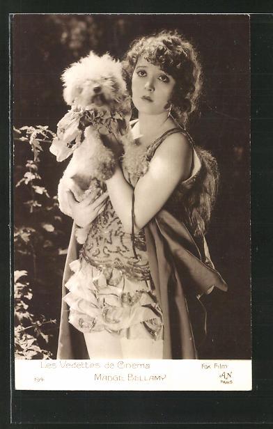 AK Schauspielerin Madge Bellamy mit Hund auf dem Arm ernst blickend