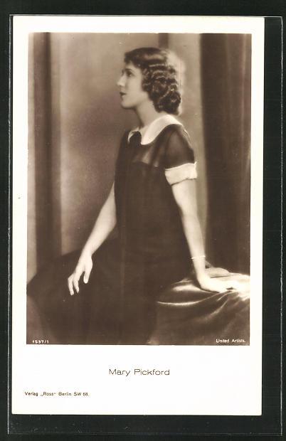 AK Schauspielerin Mary Pickford nachdenklich auf einer Bank sitzend