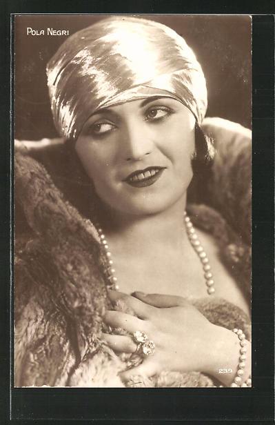 AK Schauspielerin Pola Negri fragend zur Seite blickend