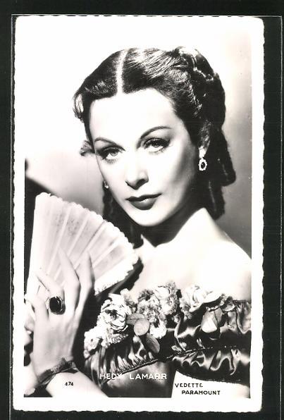 AK Schauspielerin Hedy Lamarr mit Fächer ernst blickend