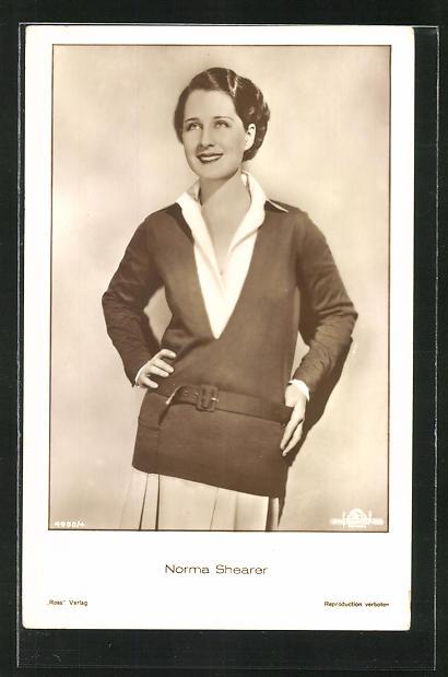AK Schauspielerin Norma Shearer im tollen Kostüm nach vorn lächelnd