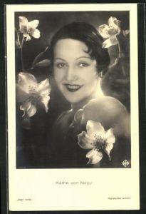AK Schauspielerin Käthe von Nagy mit Blumen geschmückt nach vorn lächelnd