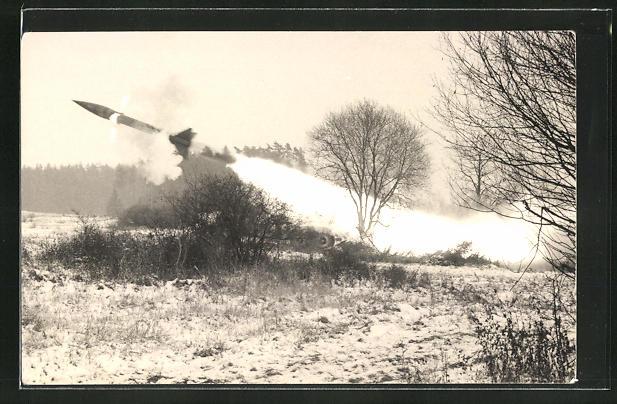 Foto-AK Bundeswehr, Raketenabschuss im Feld
