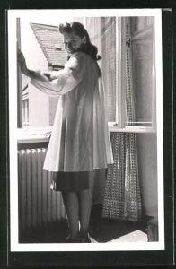 AK Schauspielerin Marianne Schweigert am Fenster