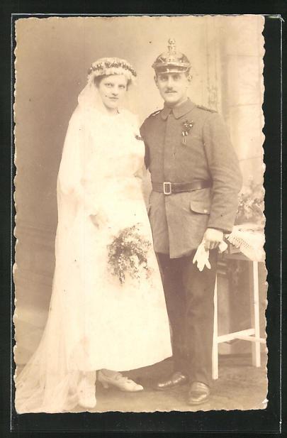 Foto-AK Soldat mit Pickelhaube und Braut, Trauung in Uniform