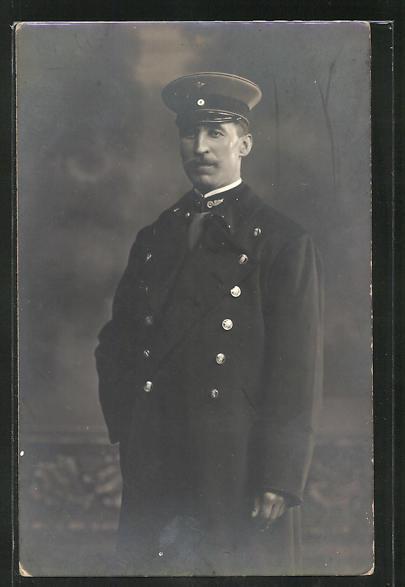 Foto-AK Eisenbahner in Dienstkleidung mit Schirmmütze