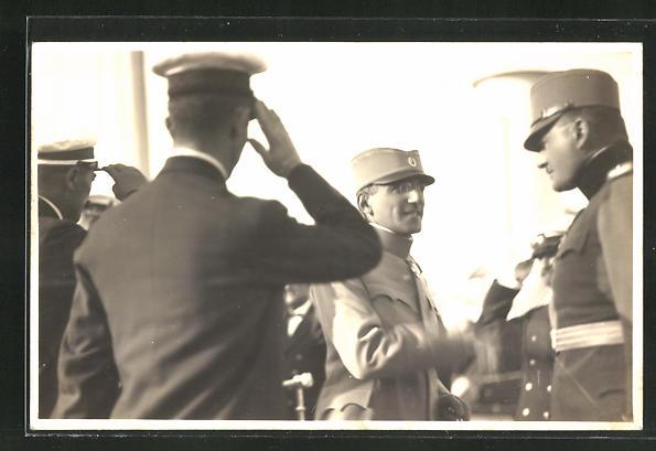 AK König Alexander I. von Serbien in Uniform im Gespräch mit einem Soldaten
