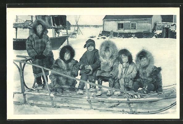AK Eskimokindern auf einem Hundeschlitten sitzend