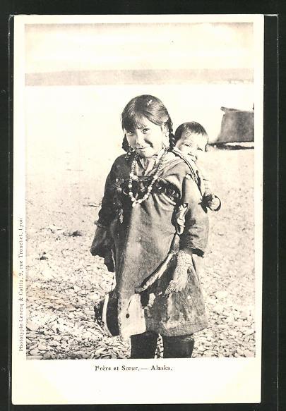 AK Alaska, Freere et Soeur, Mädchen trägt ihren kleinen Burder auf dem Rücken, Eskimo