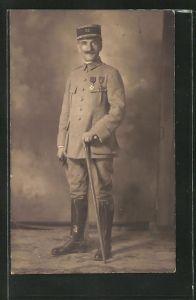 AK Französischer Soldat der Infanterie in Uniform mit Orden