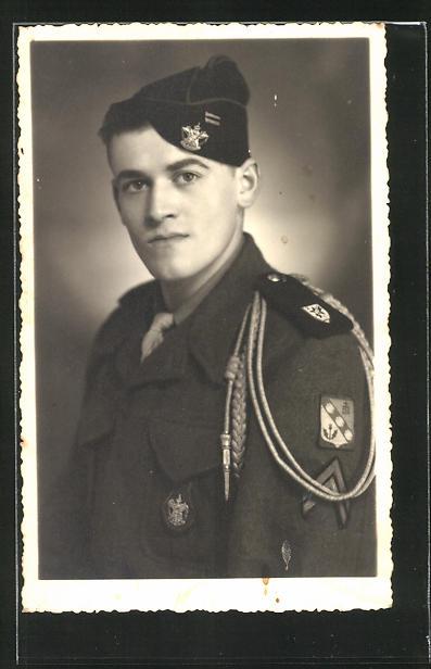 AK Portät eines französischen Soldaten der Infanterie in Uniform mit Auszeichnungen