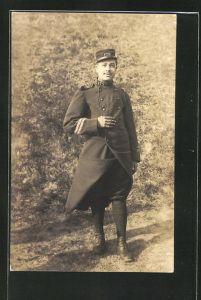 AK Französischer Soldat der Infanterie in Uniform mit Mantel