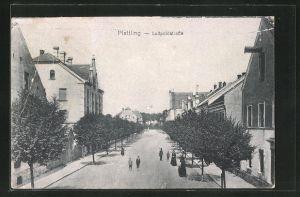 AK Plattling, Luitpoldstrasse mit Wohnhäusern und Passanten