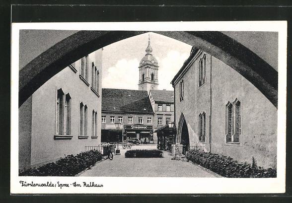 AK Fürstenwalde /Spree, Partie am Rathaus mit Blick zu einem Geschäft