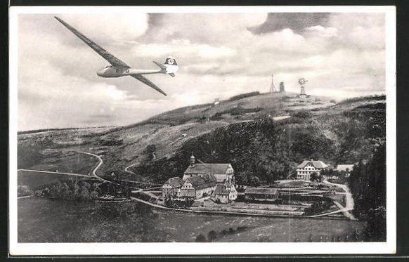 AK Kreuzberg / Rhön, Segelflugzeug über dem Berggasthaus