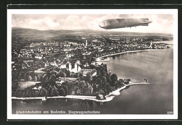 AK Friedrichshafen a. B., Zeppelin über dem Ort, Fliegeraufnahme