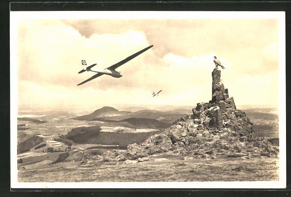 AK Segelflugzeug über dem Fliegerdenkmal auf der Wasserkuppe