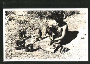 AK Indonesien, Holzschnitzer bei der Arbeit