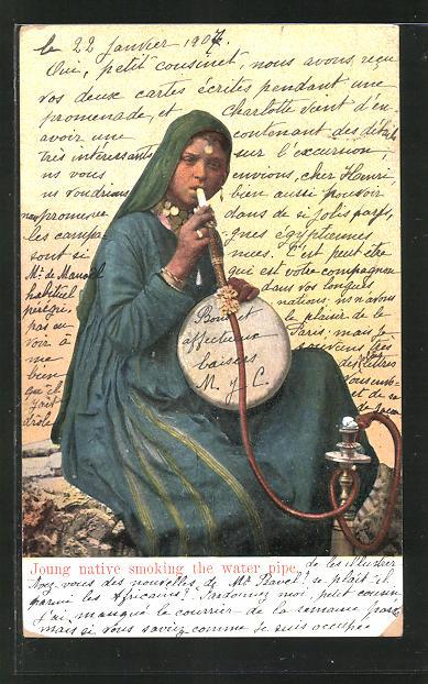 AK Joung natinve smoking the water pipe, arabische Frau mit Wasserpfeife