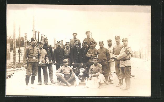 AK Kriegsgefangene mit einer Feuerwehrpumpe
