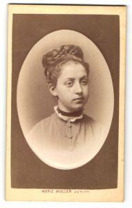 Fotografie Moriz Müller Junior, Wien, Portrait Mädchen mit Flechtfrisur in bürgerlicher Kleidung