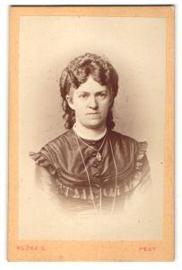 Fotografie Klösz G. Pest, Portrait Frau mit Halskette im bürgerlichen Kleid