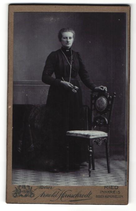 Fotografie Arnold Hirnschrodt, Ried, Portrait Frau im bürgerlichen Kleid mit zurückgebundenem Haar