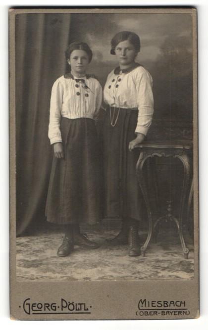 Fotografie Georg Pöltl, Miesbach / Ober-Bayern, Portrait zweier Mädchen mit weissen Blusen und zurückgebundenen Haaren